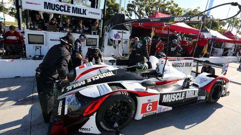 Tire, Automotive design, Automotive tire, Motorsport, Automotive wheel system, Automotive exterior, Fender, Helmet, Rim, Race car,