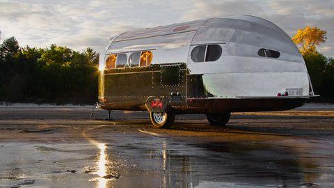 Mode of transport, Transport, Automotive exterior, Automotive tire, Rim, Fender, Road surface, Automotive lighting, Reflection, Alloy wheel,