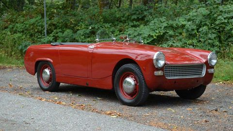 Tire, Motor vehicle, Wheel, Mode of transport, Automotive design, Vehicle, Transport, Classic car, Red, Car,