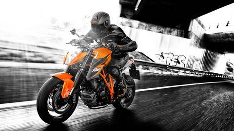 Motorcycle, Tire, Motorcycle helmet, Automotive design, Automotive tire, Motorcycling, Helmet, Automotive lighting, Headlamp, Motorcycle racing,