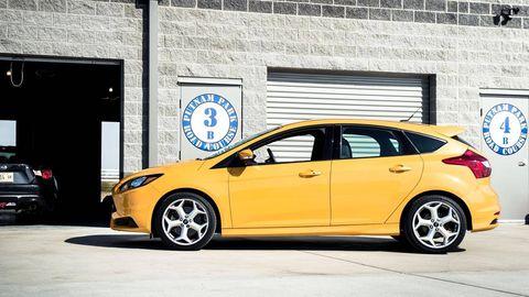 Tire, Wheel, Motor vehicle, Automotive design, Yellow, Vehicle, Land vehicle, Automotive wheel system, Rim, Alloy wheel,