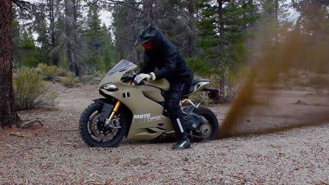 Tire, Motorcycle, Wheel, Automotive tire, Automotive design, Motorcycle helmet, Automotive lighting, Automotive wheel system, Helmet, Fender,