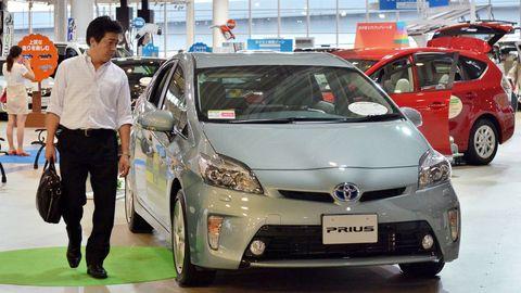 Motor vehicle, Wheel, Automotive design, Mode of transport, Vehicle, Land vehicle, Event, Car, Automotive mirror, Headlamp,