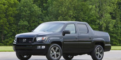 Tire, Motor vehicle, Wheel, Automotive tire, Vehicle, Transport, Land vehicle, Rim, Glass, Hood,