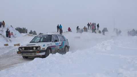 Winter, Freezing, Automotive tire, Snow, Automotive parking light, Car, Fender, Ice, Glacial landform, Automotive lighting,
