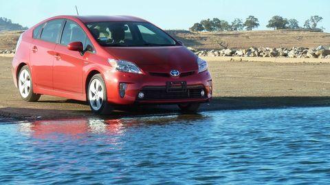 Motor vehicle, Mode of transport, Daytime, Vehicle, Automotive design, Car, Automotive wheel system, Hood, Alloy wheel, Automotive mirror,