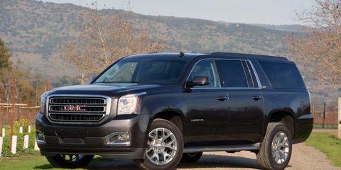 Tire, Wheel, Motor vehicle, Automotive tire, Automotive mirror, Daytime, Vehicle, Window, Glass, Transport,