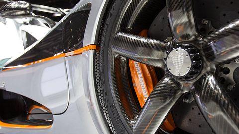 Automotive design, Spoke, Alloy wheel, Rim, Automotive wheel system, Fender, Automotive tire, Synthetic rubber, Automotive lighting, Carbon,