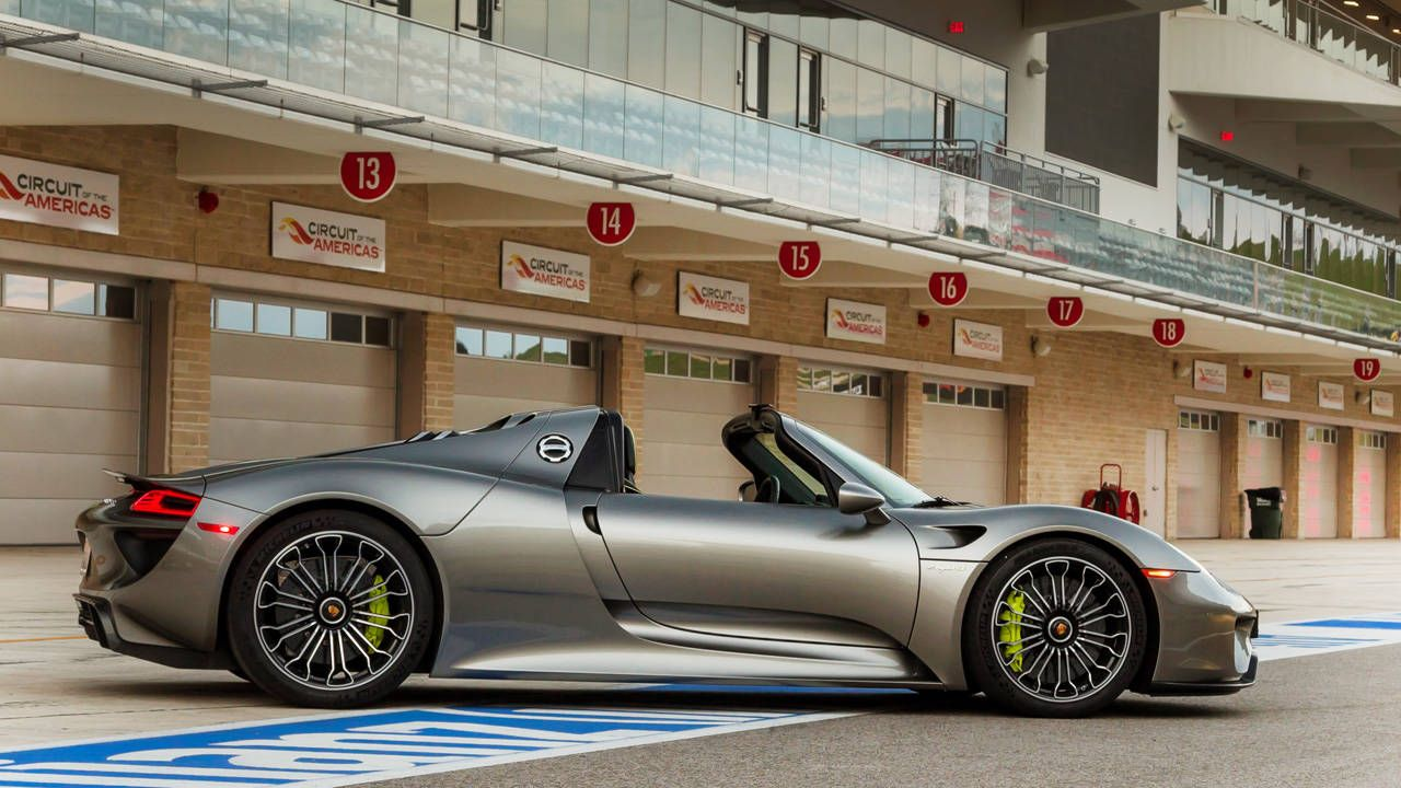 How to stow the 918 Spyder's roof