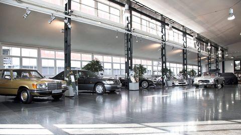 Wheel, Tire, Land vehicle, Vehicle, Automotive design, Automotive parking light, Car, Automotive lighting, Automotive exterior, Parking,