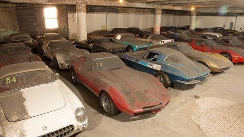 Vehicle, Land vehicle, Automotive parking light, Classic car, Car, Hood, Parking, Fender, Automotive exterior, Parking lot,