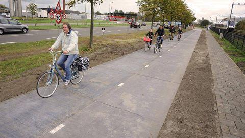 Footwear, Wheel, Bicycle tire, Bicycle frame, Tire, Bicycle wheel, Bicycle wheel rim, Land vehicle, Bicycle, Bicycle handlebar,