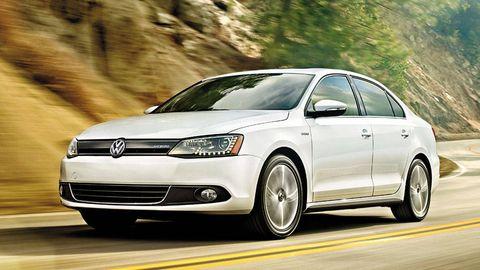 Tire, Automotive design, Daytime, Vehicle, Automotive mirror, Land vehicle, Headlamp, Infrastructure, Car, Rim,