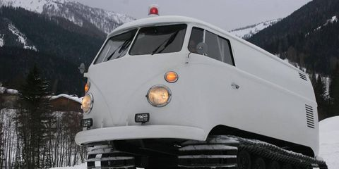 Mode of transport, Winter, Transport, Mountainous landforms, Automotive exterior, Automotive lighting, Mountain range, Automotive tire, Snow, Fender,