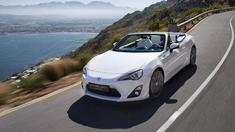Motor vehicle, Tire, Wheel, Mode of transport, Automotive design, Road, Vehicle, Infrastructure, Headlamp, Automotive lighting,