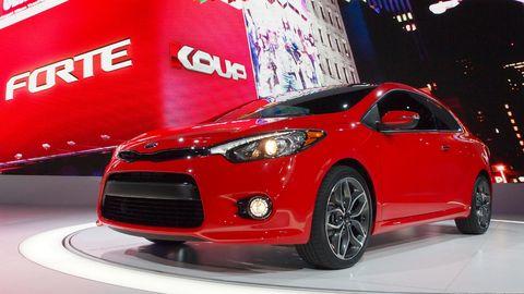 Motor vehicle, Tire, Wheel, Mode of transport, Automotive design, Daytime, Vehicle, Automotive mirror, Headlamp, Hood,