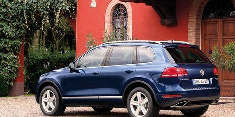 Tire, Wheel, Automotive design, Vehicle, Automotive tire, Land vehicle, Window, Alloy wheel, Rim, Car,