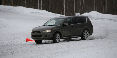 Tire, Automotive tire, Winter, Vehicle, Land vehicle, Freezing, Automotive mirror, Snow, Car, Automotive exterior,