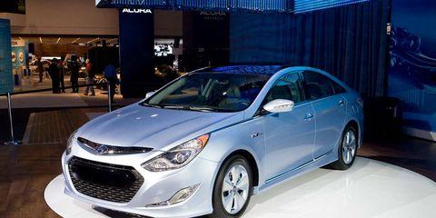 Wheel, Tire, Automotive design, Vehicle, Land vehicle, Automotive lighting, Headlamp, Car, Glass, Mid-size car,
