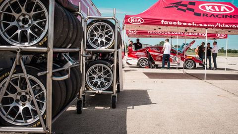 Wheel, Automotive tire, Automotive wheel system, Rim, Alloy wheel, Spoke, Fender, Auto part, Tread, Logo,