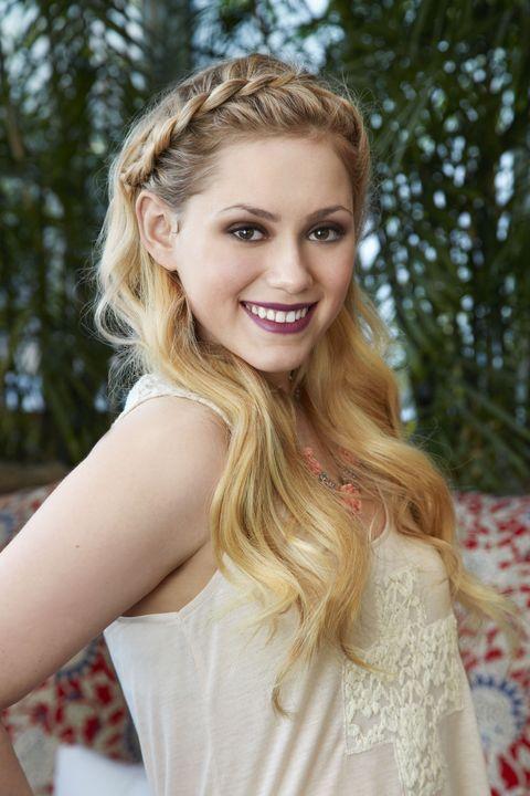 Hair, Blond, Face, Hairstyle, Beauty, Long hair, Eyebrow, Smile, Lip, Skin,