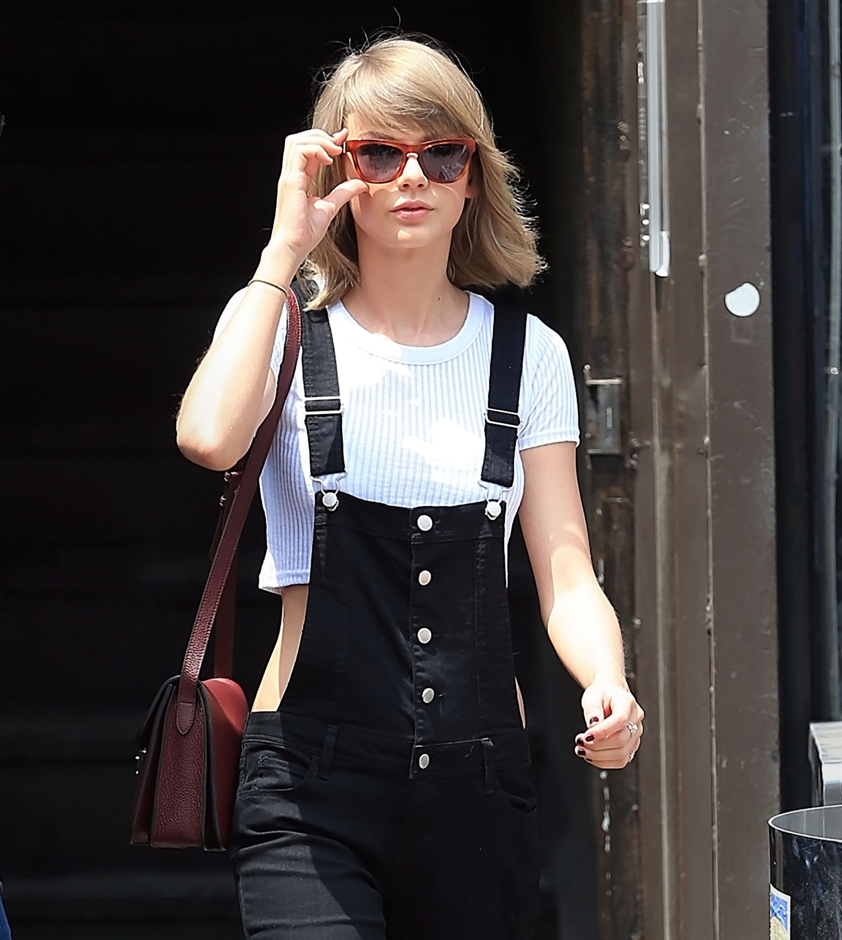 Watch Taylor Swift Avoid The Paparazzi By Hiking A Trail Backwards