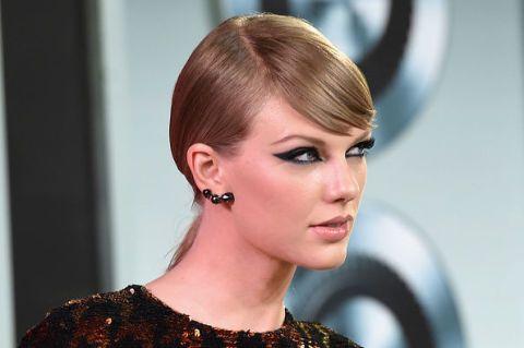 Ear, Lip, Earrings, Hairstyle, Chin, Eyebrow, Eyelash, Eye shadow, Style, Fashion accessory,