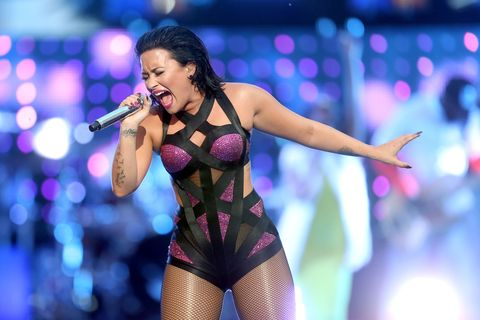 Microphone, Entertainment, Performing arts, Audio equipment, Music, Music artist, Performance, Pop music, Purple, Artist,