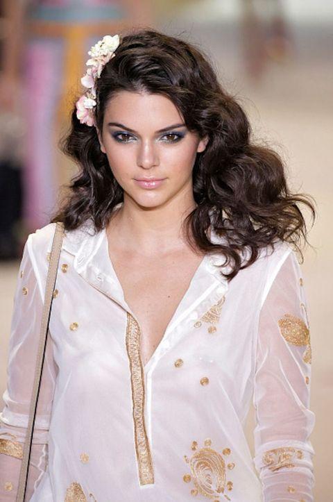 Clothing, Lip, Hairstyle, Sleeve, Textile, Eyelash, Style, Fashion model, Beauty, Street fashion,