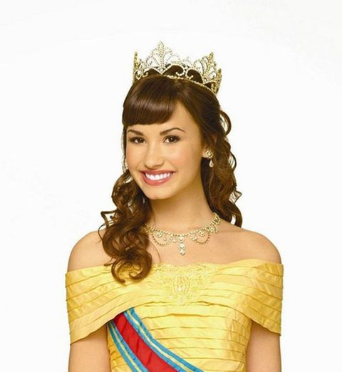 Clothing, Hairstyle, Yellow, Forehead, Shoulder, Hair accessory, Fashion accessory, Headpiece, Style, Strapless dress,