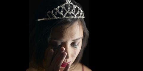 Finger, Forehead, Crown, Eyebrow, Hair accessory, Headpiece, Eyelash, Style, Fashion accessory, Headgear,