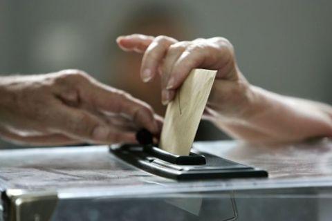 Finger, Hand, Wood stain, Nail, Plywood, Masa, Kitchen utensil, Artisan,