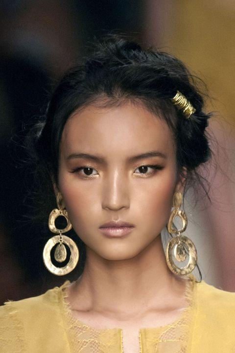 Earrings, Hairstyle, Chin, Forehead, Eyebrow, Eyelash, Style, Fashion accessory, Black hair, Amber,