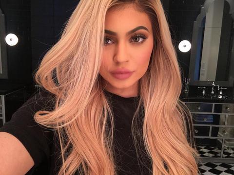 Lip, Mouth, Hairstyle, Chin, Eyebrow, Eyelash, Beauty, Long hair, Step cutting, Blond,