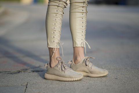 Human, Human leg, Joint, Khaki, Fashion, Street fashion, Tan, Grey, Beige, Foot,