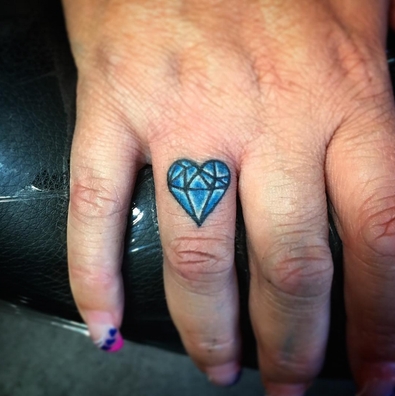 25 finger tattoos that deserve two thumbs up for Diamond tattoo on finger