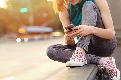 Human leg, Jeans, Elbow, Sitting, Fashion accessory, Street fashion, Bracelet, Denim, Knee, Wrist,