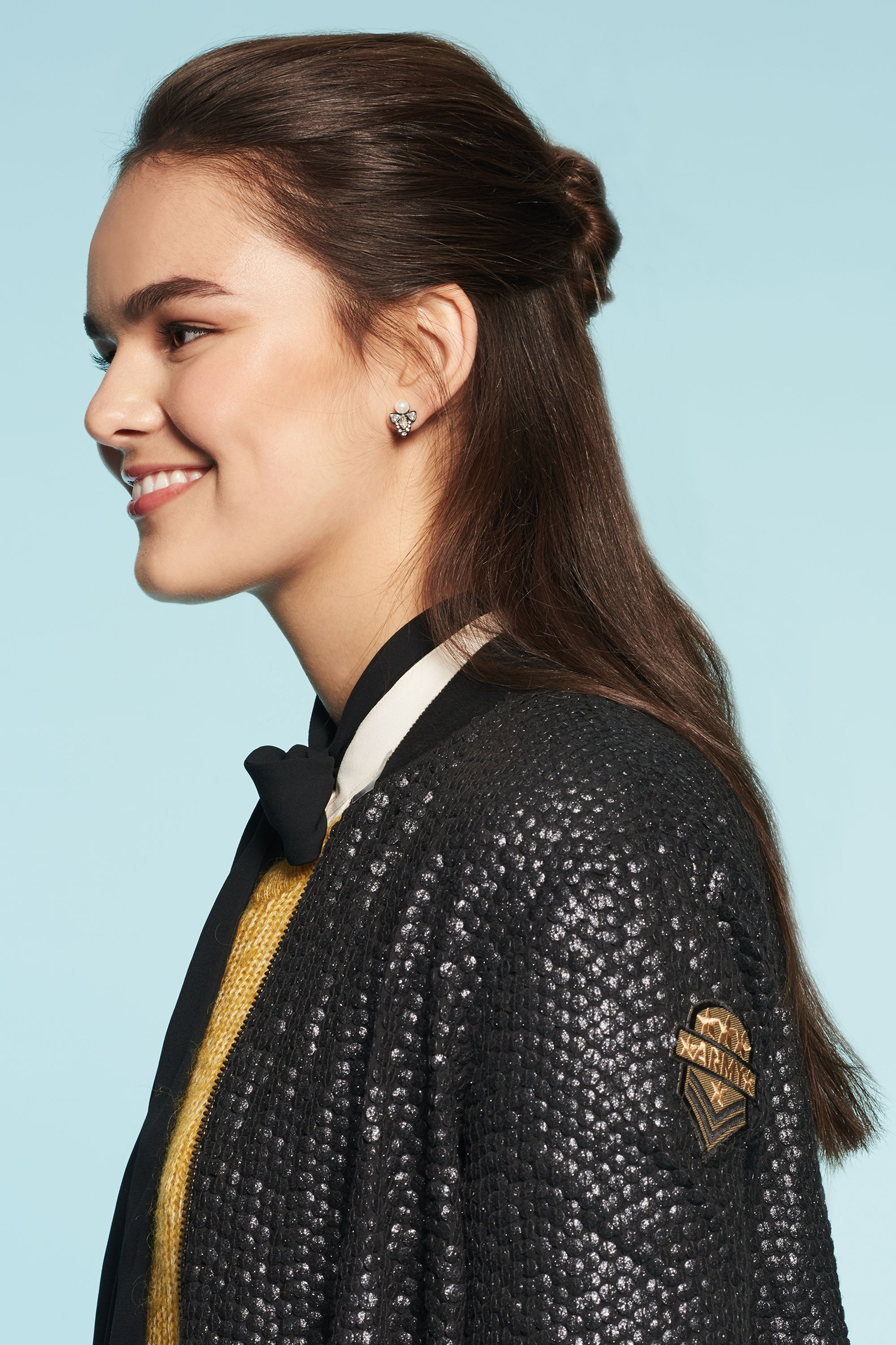 <p>Trying to make your look last half a week before you break out a sweat in gym? Instead of overloading on dry shampoo, use greasy roots to your best advantage by creating a super-cute, super-easy half-up bun.</p>