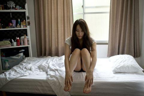 Long hair, Leg, Human leg, Sitting, Room, Furniture, Knee, Thigh, Human body, Barefoot,