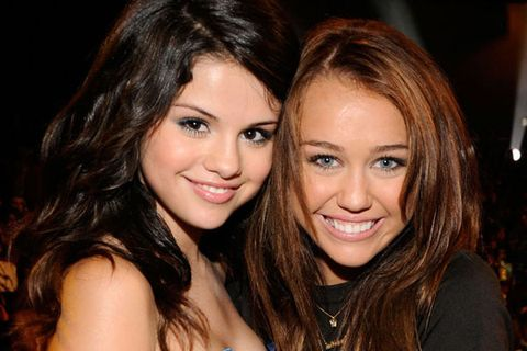 Selena gomez gets back at miley cyrus with instagram photo selena selena gomez and miley cyrus altavistaventures Image collections