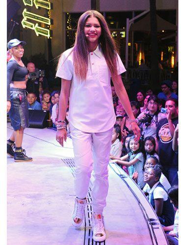 Footwear, Leg, Trousers, Fashion show, Shirt, Outerwear, Pink, Style, Runway, T-shirt,