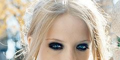 girl wearing thick smudged black eyeliner