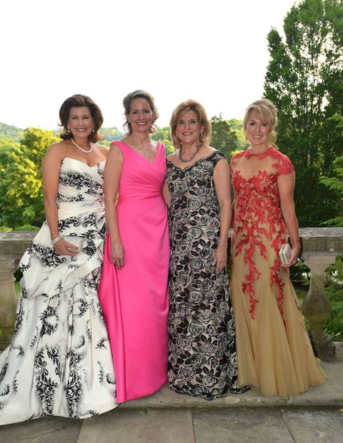 "This past Saturday in Nashville, 850 Tennesseans in white tie attended the Swan Ball at Cheekwood. The event, now in its 51st year, benefits the Botanical Garden and Museum of Art. A 55-acre estate built by the Cheek family that made itsfortune through Maxwell House Coffee, Cheekwood opened to the public in 1960 and includes 11 specialty display gardens along with a collection of painting, sculpture, and decorative arts.  This year's Swan Ball honored decorator Mario Buatta, known as ""the Prince of Chintz,"" and the Grammy Award-winning Kool & The Gang, known for hits like ""Celebration"" and ""Ladies Night"" provided the entertainment. Dinner was picked shrimp salad and espresso-rubbed black angus filet, and dessert, appropriately accompanied by Maxwell House Coffee, was a chocolate turtle tart."
