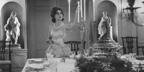 <p>Mercedes de Areilza, daughter of Spanish Ambassador to UN, preparing for a dinner party in 1960. (Photo by Nina Leen//Time Life Pictures/Getty Images)</p>