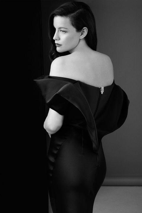 Sleeve, Shoulder, Joint, Style, Waist, Neck, Black, Fashion model, Eyelash, Black hair,