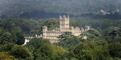 Vegetation, Landmark, Palace, Castle, Medieval architecture, Château, Mansion, Stately home, Tourist attraction, Manor house,