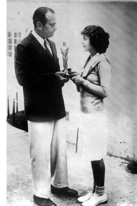 1ere ceremonie des Oscars en 1929 : Janet Gaynor recoit l'Oscar de la meilleure actrice (pour le film L'Aurore) des mains de Douglas Fairbanks    ----   Janet Gaynor receiving academy award for best actress in film Sunny Side Up 1929