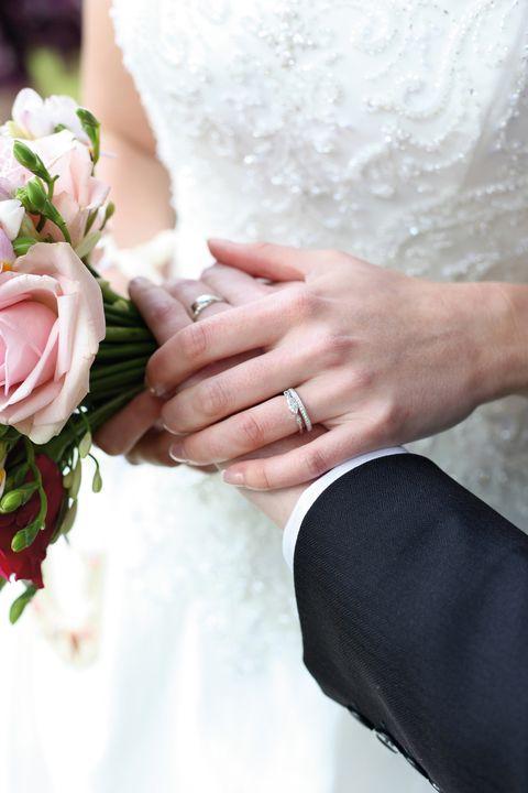 Finger, Petal, Bouquet, Cut flowers, Flowering plant, Bride, Garden roses, Wedding dress, Rose family, Bridal clothing,