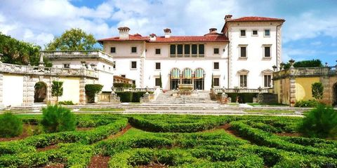 Plant, Building, Garden, Shrub, House, Facade, Real estate, Villa, Plantation, Hedge,