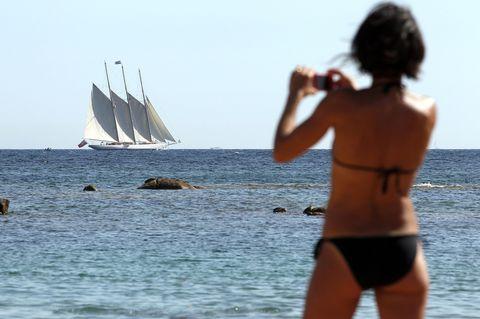 Shoulder, Water, Elbow, Watercraft, Standing, Human leg, Mast, Sail, Swimwear, Summer,